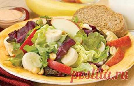 Яблочно-банановый салат с арахисом