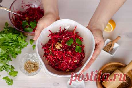 Вкусный витаминный сырой салат из свёклы с орехами