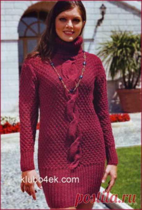 Вязаное спицами платье с высоким воротником