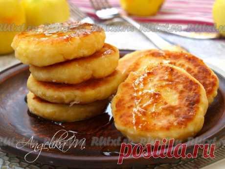 Яблочные сырники от Лики Мостовой  Сырники - это замечательный и сытный завтрак. Предлагаю вам попробовать яблочные сырники, которые получаются очень ароматными и безумно вкусными. Подать такие сырнички можно также на полдник к чашке чая или молока. Для приготовления яблочных сырников нам понадобится: творог домашний - 200 г; яблоко крупное - 1 шт.; яйцо - 1 шт.; сахар - 2 ст. л.; манная крупа - 2 ст. л.; корица молотая - по вкусу; мука пшеничная - 3 ст. л.; масло подсолне...