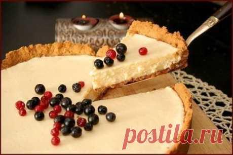 Пирог со сгущенкой Простейший и быстрый рецепт сладкого пирога со сгущённым молоком. Вам потребуется: Сливочное масло - 80 г Песочное печенье (юбилейное) - 300 г Яичный желток - 3 шт Молоко сгущенное - 400 мл Лимон - 1/2 шт Как готовить: 1. Положите печенье в пакет и размельчите в не очень мелкую крошку. 2. Добавьте в печенье мелко порубленное и сильно охлажденное сливочное масло и тщательно перемешайте. 3. Выложите получившуюся массу в форму и сформируйте бортики высотой около 2-х см. Те