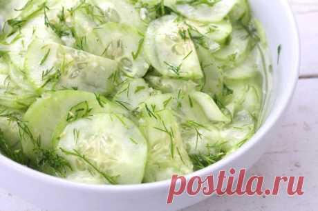 Простой салат из свежих огурцов по-немецки. Весь секрет в заправке - Мой город