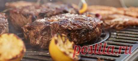 Вместе с профессиональным поваром разбираемся, как выбрать мясо, чем его замариновать и сколько жарить.