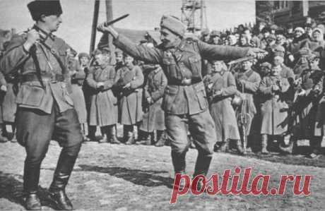 Бойня в Закрове: самое страшное преступление казаков Гитлера в Европе На стороне Гитлера в Великой отечественной войне воевало до 80 тысяч казаков, которые в подавляющем большинстве были советскими людьми и только малая часть из белых эмигрантов. Немцы чаще всего размещали казачьи подразделения в странах Восточной Европы и на Балканах, где они использовались для борьбы с партизанами, карательных и полицейских функций.