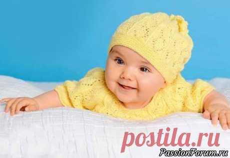 Комбинезон и шапочка желтого цвета, связанные ажурным узором | Вязание спицами для детей Благодаря широкому клину, связанному лицевой гладью, в этом комбинезоне  есть достаточно места для ножек. Для облегчения надевания сзади  комбинезон застегивается на пуговицы. Очаровательно выглядит шапочка,  которая сверху просто стянута завязкой.Таблица размеров детской одеждыРазмеры:...