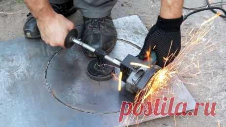 Съемное приспособление для вырезания кругов в листовом металле с помощью болгарки Вырезать круг в листовом металле можно ножницами по металлу, сделав точный раскрой, и обладая незаурядными навыками. Не обойтись и без дополнительной