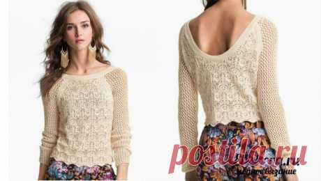 Нежный пуловер с глубоким вырезом на спине и ажурным узором. Вязаный спицами