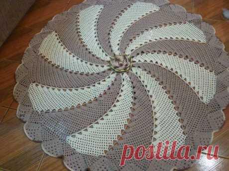 La labor de punto de los tapices pequeños por el gancho del esquema. El tapiz pequeño redondo por el gancho. |