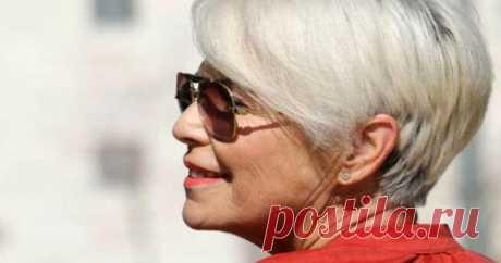 Какие прически рекомендуется носить женщинам старше 50 лет У разных людей волосы имеют различную структуру, а поэтому и возрастные изменения отражаются по-разному. С учетом того, как возраст отразился на волосах, различают три способа их последующего оформления. Очень часто приходится комбинировать стрижку и окрашивание и только в редких случаях волосы остаются такими как есть.
