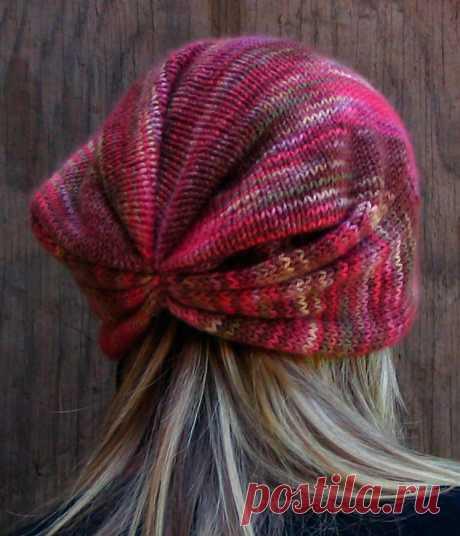 Модная вязаная шапка спицами