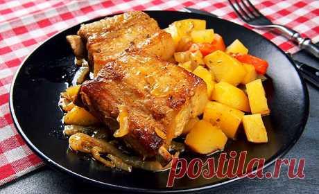 Свиные ребра с картофелем и луком в рукаве