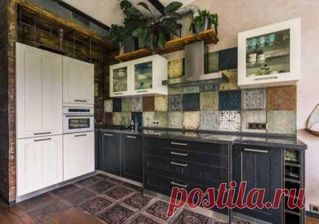 Большая угловая кухня в стиле лофт с врезной раковиной, фасадами в стиле шейкер, черными фасадами, разноцветным фартуком