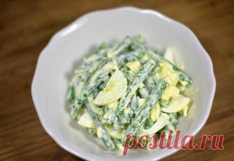 """""""Салат из зеленой фасоли с яйцами""""  Ингредиенты: - 400 г зеленой фасоли - 4 яйца - 1-2 зубчика чеснока, очищенных - 1 столовая ложка сливочного масла - майонез по вкусу  Приготовление: 1. Отварите яйца вкрутую и залейте холодной водой. 2. Очистите и нарежьте зеленую фасоль.  3. Вскипятите воду, посолите по вкусу, добавьте фасоль и отварите до желаемой мягкости (5-10 минут).  4. Ополосните готовую фасоль в дуршлаге под струей холодной воды. 5. Разогрейте в сковороде 1 столо..."""