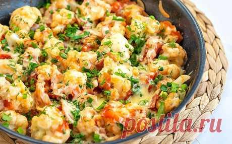 Цветная капуста с беконом, помидорами и сыром на сковороде