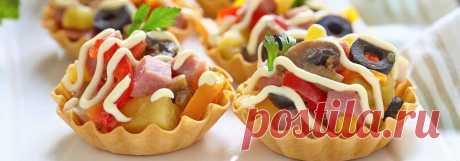 Праздничный салат в тарталетках • Рецепт Приготовьте красивый и праздничный салат в тарталетках. Всем гостям понравятся вкусные закусочные тарталетки с ветчиной, консервированными шампиньонами и ананасом. А рецепт новогодней закуски с болгарским перцем, маслинами, зеленью и майонезом простой и быстрый.