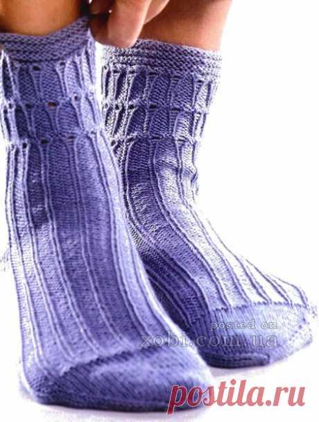 Los calcetines tejidos con el dibujo en relieve