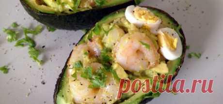 Салат в авокадо с креветками, кальмарами и яйцом рецепт с фото пошагово
