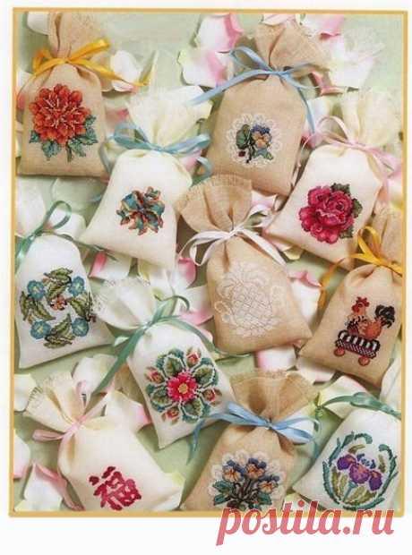 Вышивка крестиком: миниатюры Вышивка крестиком: миниатюрыНебольшие вышивки крестом можно использовать для саше и других небольших предметов.