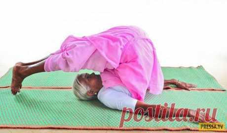 98-летняя Нанаммал - самый старый инструктор йоги в Индии (8 фото + видео) Нанаммал - 98-летняя женщина из Индии. В своем почтенном возрасте она активно занимается йогой и, более того, преподает йогу более сотни студентов, проводя занятия каждый день. Самому младшему ее