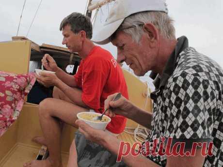 Обычный обед в море - китайская лапша. Надоела до чертиков - зато по быстрому.