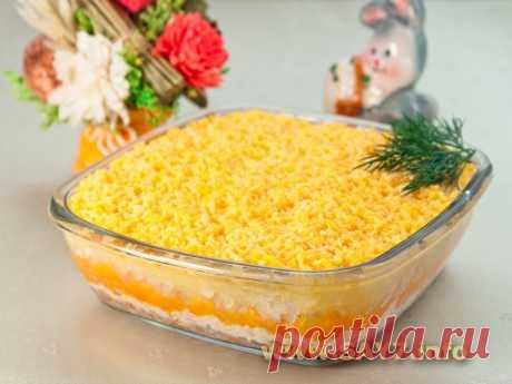 Салат «Мимоза» Вкус этого салата у меня ассоциируется с детством. На многие праздники мы готовили этот салат, и именно по такому рецепту, хотя вариаций приготовления салата - великое множество.