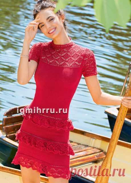 Красное облегающее платье с кружевными оборками. Вязание спицами