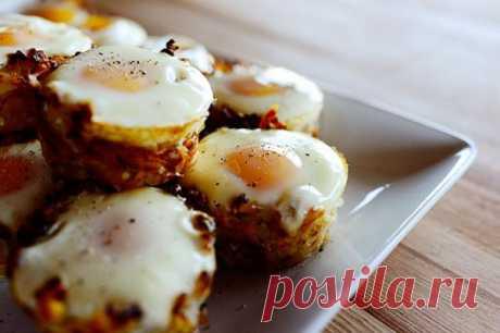 Картофельные гнезда с яйцом  Это очень простой рецептик. Картофельные гнезда с яйцом можно подать и на завтрак, и на обед в качестве гарнира. Универсальность этого блюда дополняется минимальной стоимостью. Вот пошаговый рецепт с фотографиями.