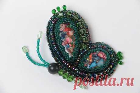MADEHEART > Зеленая брошь с вышивкой бисером и камнями ручной работы текстильная авторская