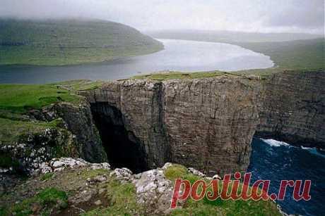 ВИСЯЩЕЕ ОЗЕРО. ФАРЕРСКИЕ ОСТРОВА, ДАНИЯ.   Висящее над океаном озеро Сорвагсватн находится на острове Вагар и является самым большим озером на Фарерских островах, Дания