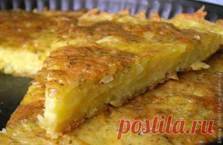 El tostado de las patatas ralladas con el queso y el ajo