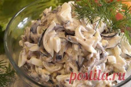 Словно грибной этот баклажановый салат!  Словно грибной этот баклажановый салат. Готовится из самых простых ингредиентов, а получается праздничным блюдом. Вкусно!  Ингредиенты:  Баклажаны – 3 шт. Яйцо куриное – 3 шт. Лук – 2 небольшие голов…