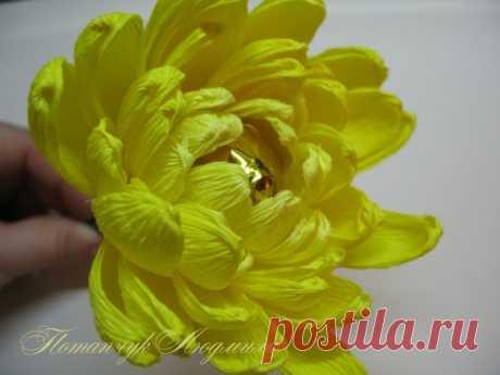 Мастер-класс по свит-дизайну. Конфетная хризантема. Хочу показать Вам как я делаю конфетную хризантему. Цветок очень красивый, и в конфетных букетах выглядит потрясающее. Итак, будем делать вот такую желтую хризантемку крупноцветкового сорта.  Нам пон…