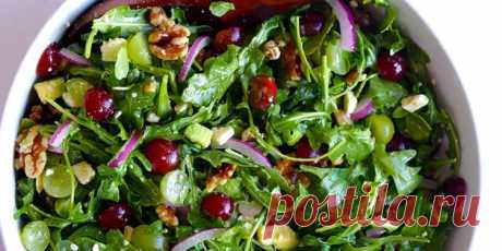 Салат с авокадо, виноградом, руколой, орехами и козьим сыром  |  10 ярких салатов с авокадо для истинных гурманов - Лайфхакер