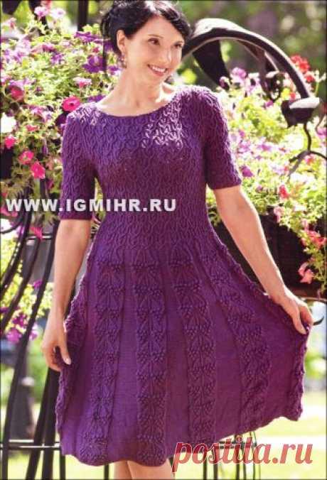 """El vestido femenino violeta con las mangas cortas y las cintas """"шишечки"""". Los rayos"""