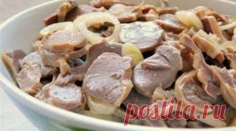Куриные желудочки маринованные в соевом соусе. Пикантные и невероятно вкусные! Вкуснятина невероятная!  Ингредиенты  ✓ полкило куриных желудочков;  ✓ луковица;  ✓ пять зубчиков чеснока;  ✓ уксус — 1/4 стакана;  ✓ 1/2 стакана подсолнечного масла;  ✓ столовая ложка соевого соуса;  ✓ пучок укропа;  ✓ соль и перец по вкусу.  Рецепт приготовления  Прежде всего