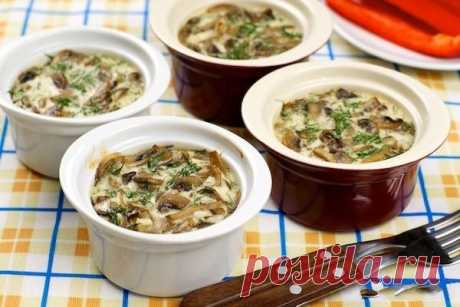Запеченные грибы в сметане — это прекрасный вариант для субботнего ужина. Попробуйте и Ваша семья будем Вам благодарна =Грибы-500 гр Картошка-3-4 шт Лук-2 шт Морковь-1,5 шт Соль-3 гр Перец молотый-1 гр Горшочки-3 шт Сливочное масло -30 гр Масло кукурузное-40 мл Сметана-250 гр