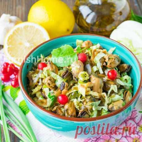 Салат с маринованными мидиями и пекинской капустой Оригинальный салат из маринованных мидий и пекинской капусты подойдет как для повседневного меню, так и для праздничного стола. Этот рецепт оценят по достоинству любители морепродуктов, а также приверженцы диетического питания.