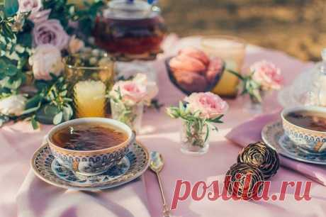 """Почему черный чай красит кружку и нужно ли этого бояться?   Журнал """"MY HOME LIFE"""" За время работы с чаем и кофе мы не раз слышали жалобы на то, что черный чай красит кружку. Многие покупатели считают это признаком плохого и даже вредного чая. В надежде найти более качественный продукт, клиенты переходят на новые бренды масс-маркета, но сталкиваются с тем же: черный чай снова красит кружку. Почему? С этим вопросом мы обратились к технологу Андрею Скидану и титестеру Наталье Прохоренко."""