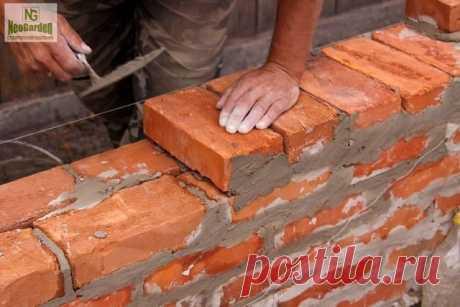 Виды кирпичной кладки стен  Существует два вида кирпичной кладки стен: облегченная или колодцевая кладка и сплошная кладка. Прежде чем приступить к рассмотрению видов кирпичной кладки стен ознакомимся с основными терминами.  Две большие по площади грани кирпича называют верхней и нижней постелью, ими кирпич укладывают на раствор. Длинные боковые стороны называют ложками, короткие – тычками. Кладка в большинстве случаев выполняется на постель, то есть кирпич кладется плашмя...