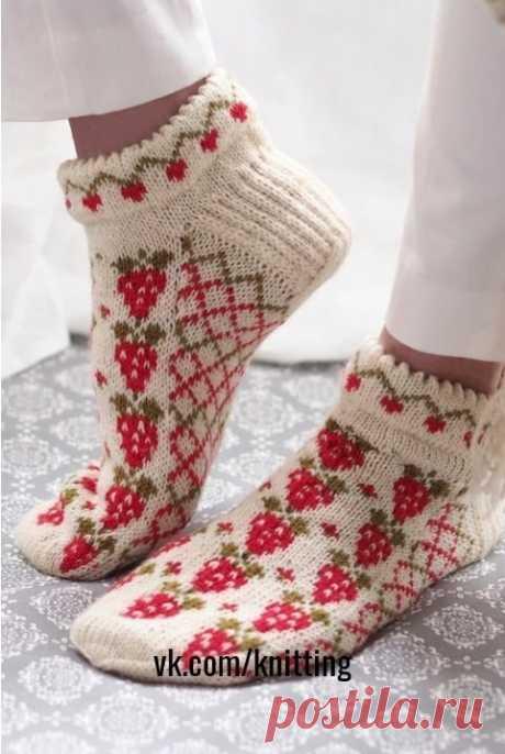 Прикольнын носки – тапочки с жаккардовым узором (Вязание спицами) Носки – тапочки с жаккардовым узором Размер: 38 Нам нужно: пряжа, в составе 75% шерсти, 25% полиамида (100г на 420м) красного цвета – 100г; такая же пряжа белого цвета – 100г; такая же пряжа зелено…