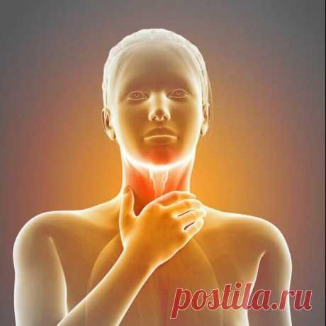 Причины и лечение кома в горле - Будь в форме! - медиаплатформа МирТесен Ком в горле – дискомфортное ощущение, при котором человек чувствует давление в шее и затруднительную проходимость воздуха через воздухоносные пути. Довольно часто к специалистам обращаются с таким симптомом, при котором человек ощущает комок в горле во время глотания. Комок при глотании может