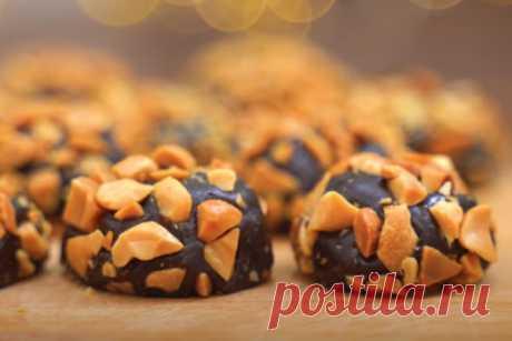 Вкусные домашние конфеты без шоколада всего из двух ингредиентов.