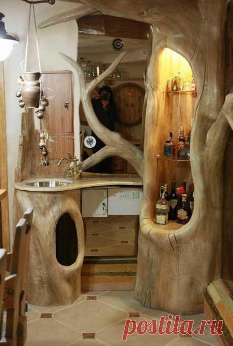 Потрясающий мини-бар и тумба под мойку на кухню, сделанные из пней, станут неповторимыми деталями любой кухни