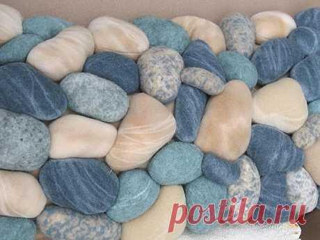 Думала, что коврик сделан из морских камней, однако нет… Из строго свитера! | Краше Всех