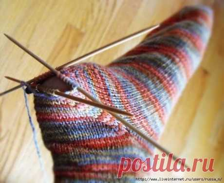 """Вяжем """"съемную"""" пятку на носке. Вяжем """"съемную"""" пятку на носке.    Начинайте вязание носка привычным для вас способом - от резинки (сверху вниз, к стопе) или от мыска. Вяжите носок до начала пятки. Затем петли, на которых предполагаете вязать пятку, провяжите дополнительной ниткой контрастного цвета, переместите их обратно, на левую спицу и продолжайте вязать прежними нитками. Когда носок закончен, все петли закрыты, удал..."""