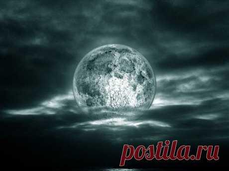 Почему нельзя долго смотреть наЛуну Удивительная красота ночного светила способна заворожить любого человека. Однако если смотреть наЛуну слишком долго, это чревато неприятными последствиями. Более подробно обэтом высможете узнать изнашей статьи.