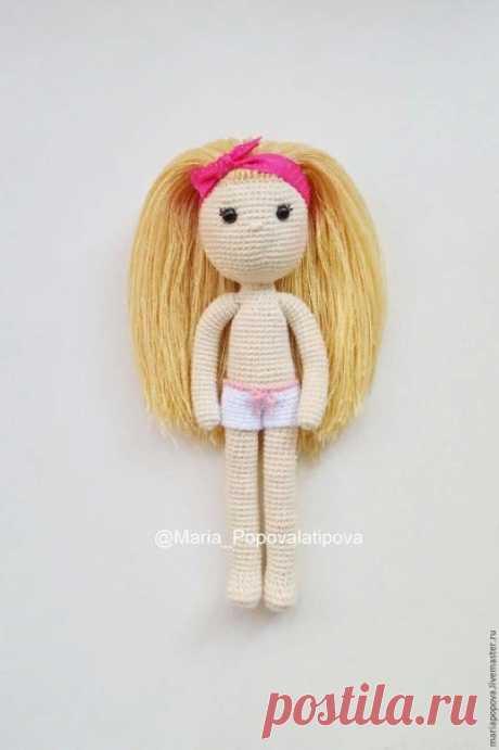 Делаем волосы вязаной кукле! Автор Мария Попова.   Хочу вам показать, как я делаю волосы своим куколкам. Сразу оговорюсь, что способов масса, но этот я использую наиболее часто. Волосы получаются очень густые, их можно по-разному заплетать и расчесывать. https://www.livemaster.ru/topic/1402881-delaem-volosy..  #ОписанияИгрушек_куклы #амигуруми #крючок