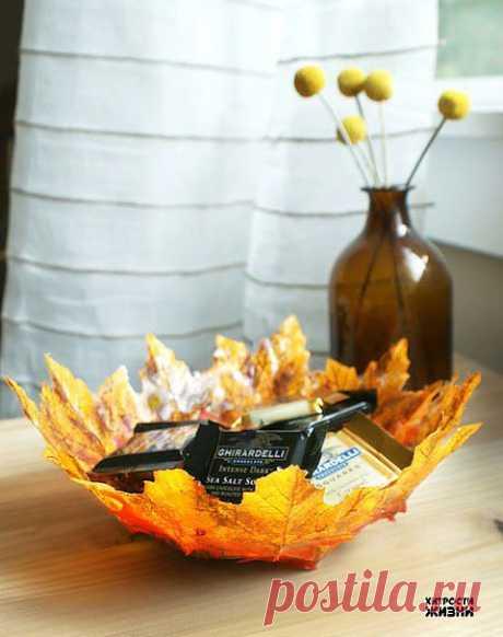 Как сделать вазу из осенних листьев.