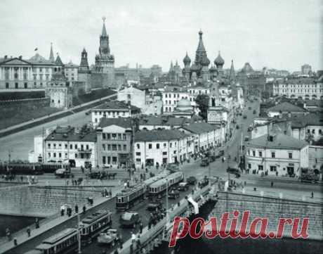 Москворецкий квартал перед сносом, 1935 год. Если приглядеться, на Спасской башне еще двуглавый орел, а не пятиконечная звезда.  Вам нравится историческая застройка в центре городов?