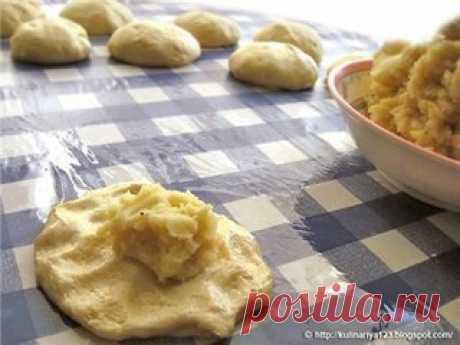 Жареные дрожжевые пирожки с картошкой   Ингредиенты: Для теста:  -11 г сухих дрожжей  -2 ст. л. сахара  -1 ч. л. соли  -3-4 ст. л. растительного масла  -0,5 литра воды  Для начинки:  -0,5 кг картошки  -2 большие луковицы  -соль, перец   Приготовление: В теплой кипяченой воде развести дрожжи, сахар и соль, добавить растительное масло и муку, замесить не очень крутое тесто. Поставить в тепло подняться, минут на 20-30.   Картошку отварить, лук поджарить. В пюре добавить лук и...